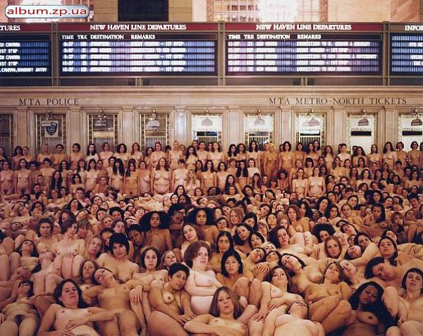 Толпы обнаженных людей фото