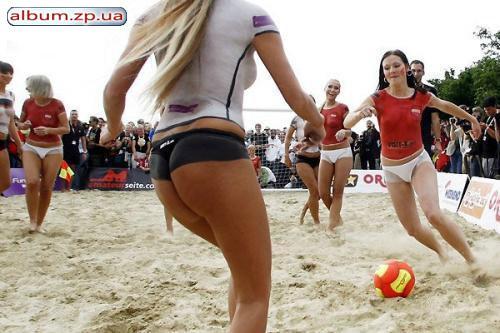 Голые футболистки играют #4